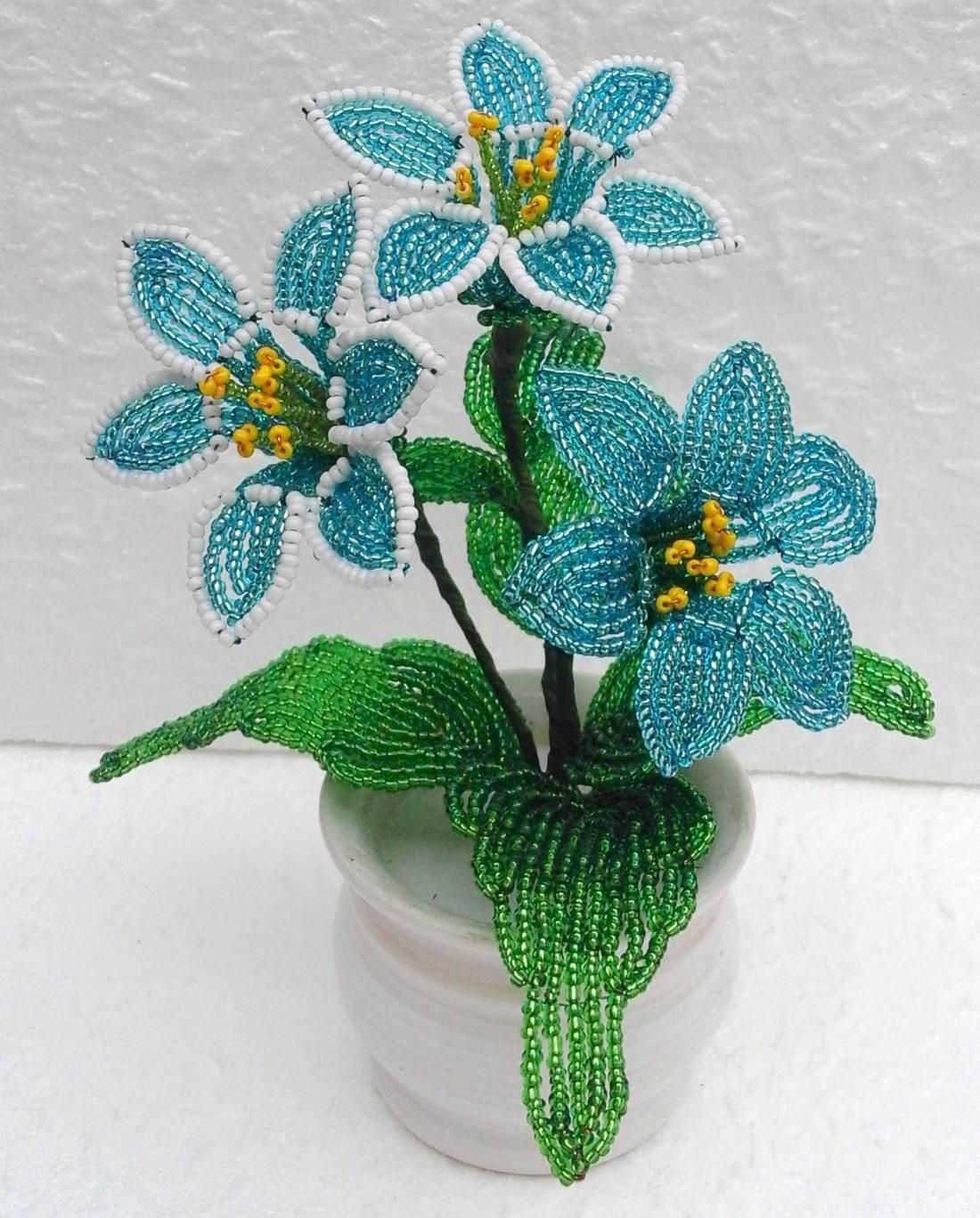 Kék virágos asztaldísz (Gyongykertesz) - Meska.hu