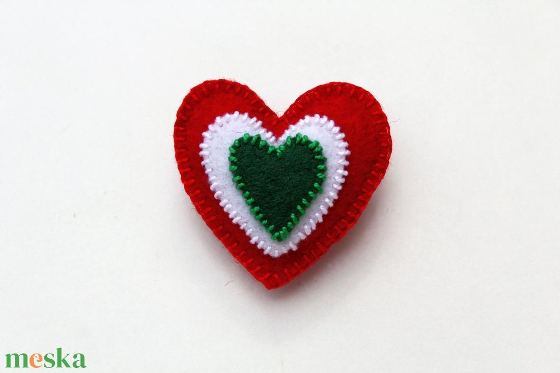 Szív alakú kokárda kitűző (haboskave) - Meska.hu