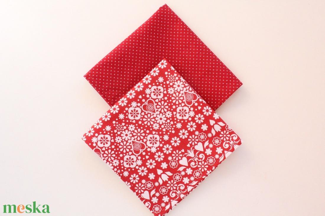 2 db textil szalvéta, 100% pamutvászon - piros alapon fehér virágos, szerelmes szívecskés és fehér apró pöttyös mintával - otthon & lakás - konyhafelszerelés - szalvéta - Meska.hu