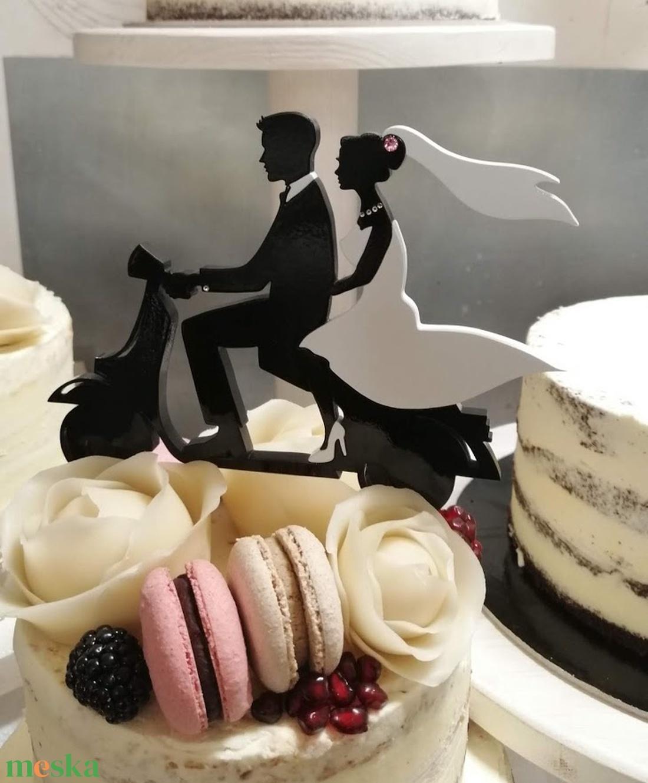 Robogós nászpár Esküvői tortadísz/csúcsdísz Menyasszony és vőlegény robogón Esküvői dekoráció tortára  - esküvő - dekoráció - sütidísz - Meska.hu