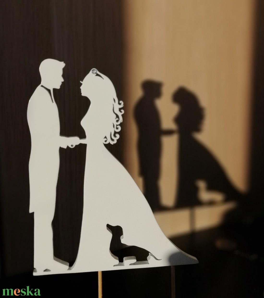 Nászpár tacskóval Esküvői tortadísz csúcsdísz Kutyás menyasszony és vőlegény Esküvői dekoráció tortára  - esküvő - dekoráció - sütidísz - Meska.hu
