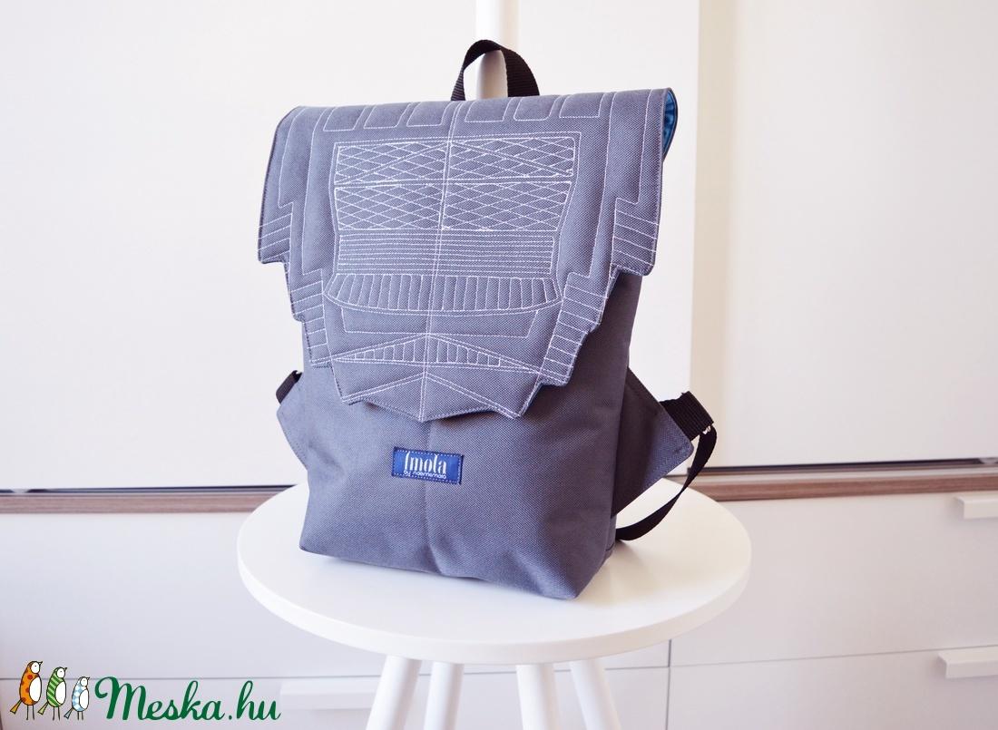 Világosszürke vízlepergető kicsi hátizsák épület mintával - táska & tok - hátizsák - hátizsák - Meska.hu