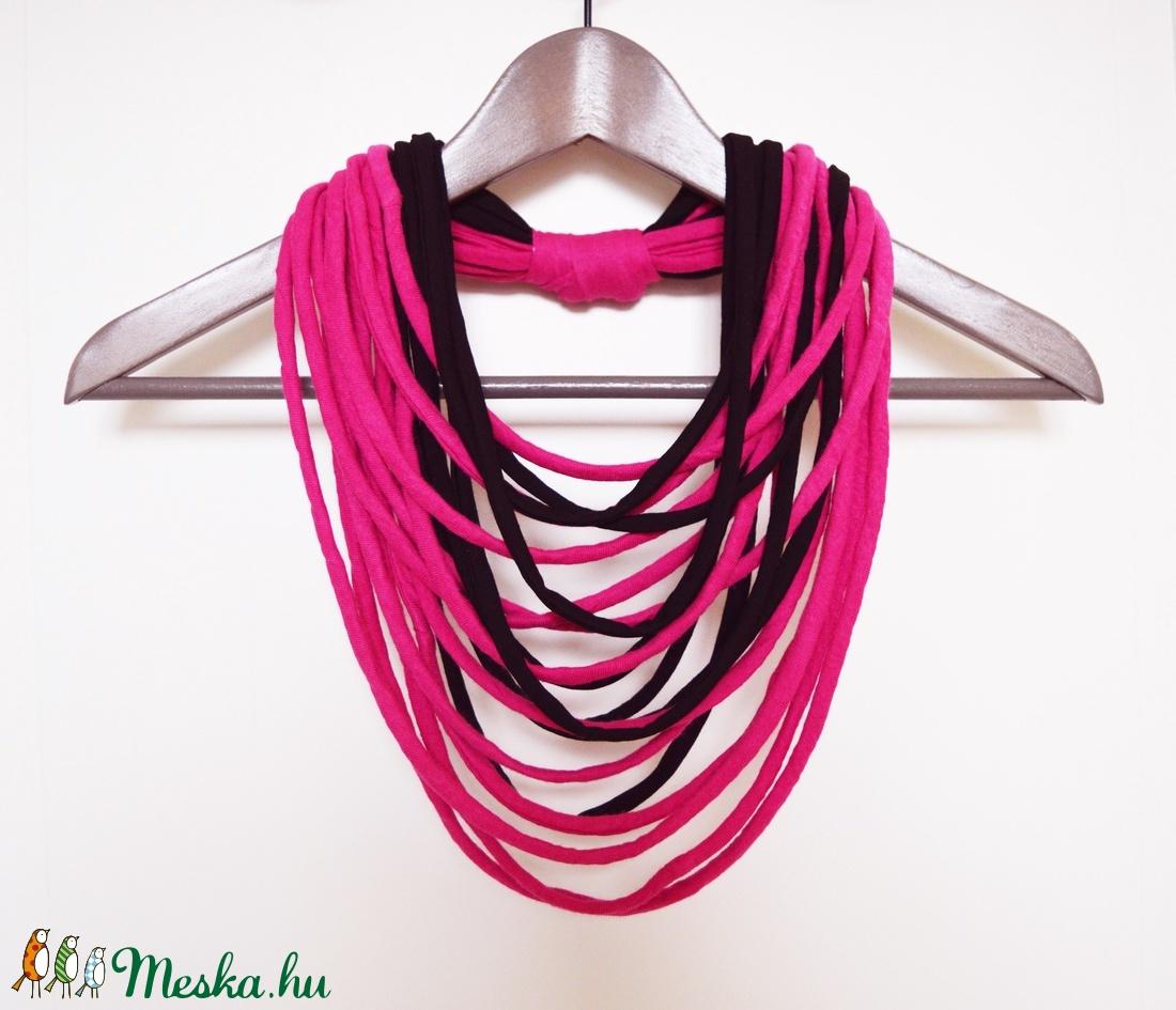 Nyaklánc pólóanyagból pink fekete - ékszer - nyaklánc - párhuzamos nyaklánc - Meska.hu