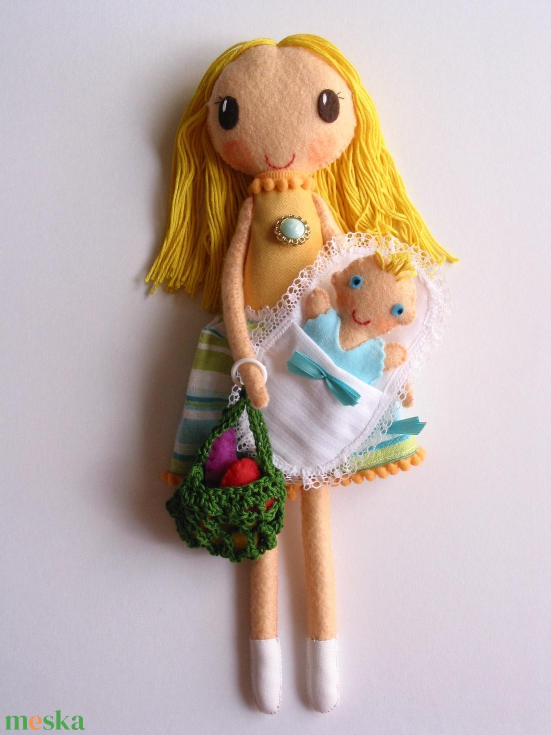 Anyu és én a piacon  - Öltöztethető textilbaba pólyás kisbabával és kiegészítőkkel  - játék & gyerek - plüssállat & játékfigura - ember - Meska.hu
