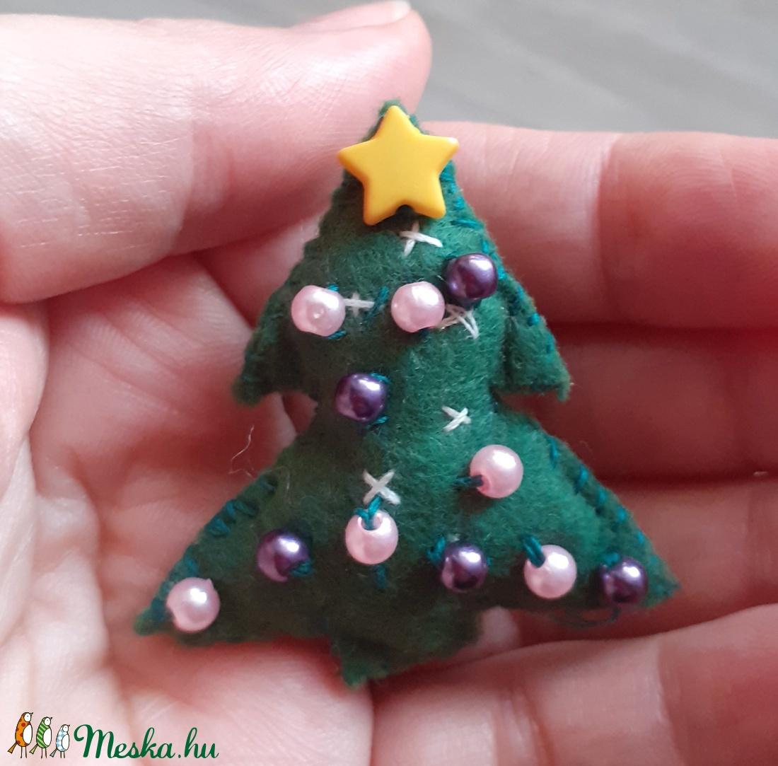 Pici karácsonyfa kitűző filcből  - ékszer - kitűző és bross - kitűző - Meska.hu