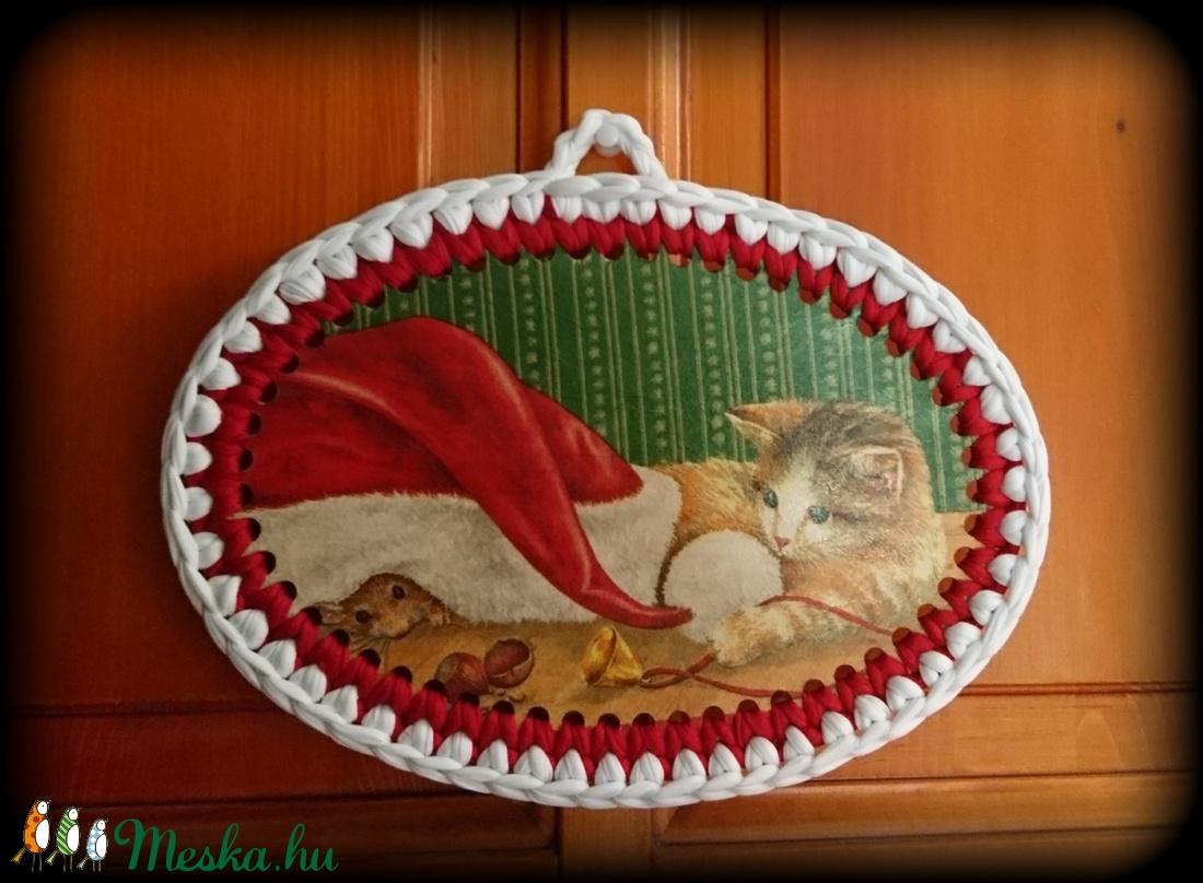 Pólófonalból horgolt karácsonyi cicás falikép - karácsony - karácsonyi lakásdekoráció - karácsonyi lakásdíszek - Meska.hu