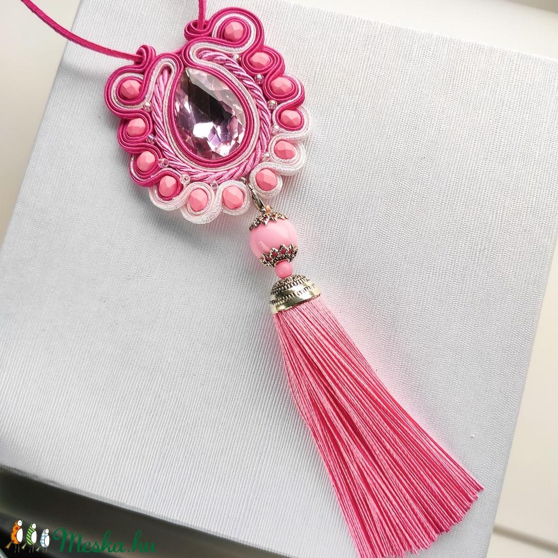 Rózsaszín fehér bojtos sujtás nyaklánc, medál, sujtás egyedi ékszer, antiallergén, bőrbarát sújtás - ékszer - nyaklánc - bojtos nyaklánc - Meska.hu