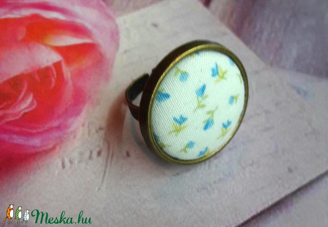 Kék virágos rét - textilgomb gyűrű (Kenza) - Meska.hu