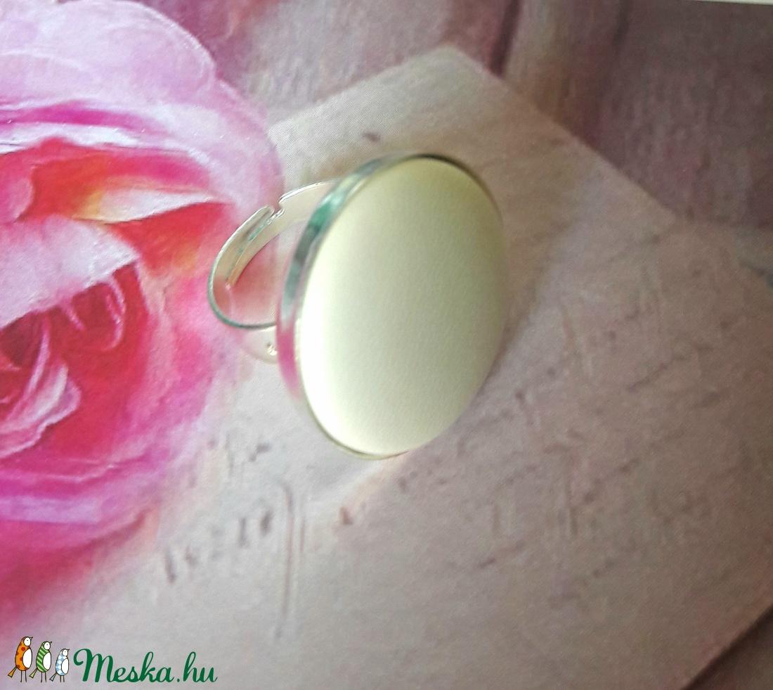 Fehér és ezüst bőrgomb gyűrű (Kenza) - Meska.hu