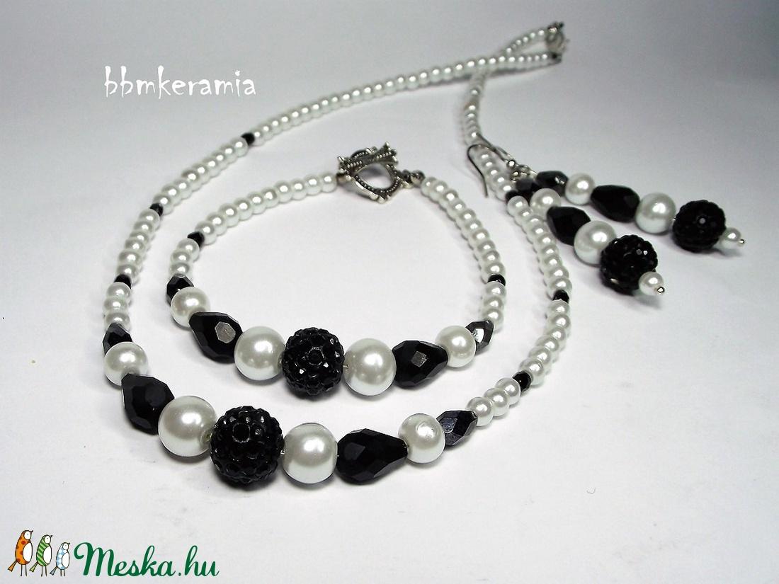Klasszikus fekete-fehér tekla gyöngysor, karkötő és fülbevaló - ékszer - ékszerszett - Meska.hu