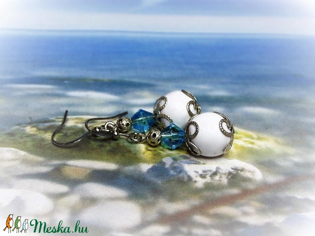 Fehér kerámia és kék kristály gyöngy fülbevaló - ékszer - fülbevaló - lógó fülbevaló - Meska.hu