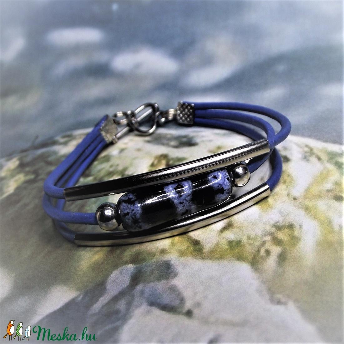 Háromsoros bőr karkötő kék-fehér márványmintás kerámiagyönggyel - ékszer - karkötő - gyöngyös karkötő - Meska.hu