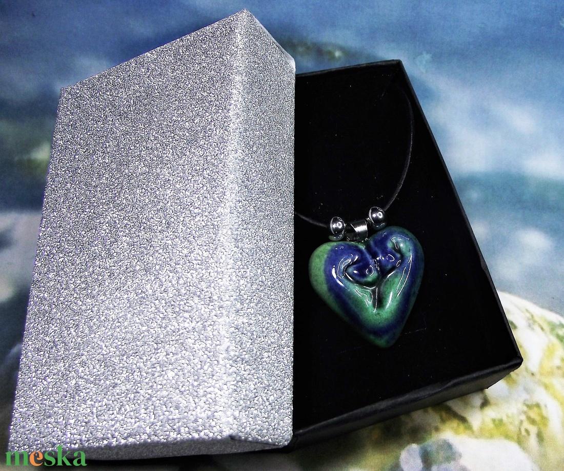 Nyaklánc szív alakú kék-zöld kerámia medállal elegáns díszdobozban Ajándék Névnap Születésnap - ékszer - nyaklánc - medálos nyaklánc - Meska.hu