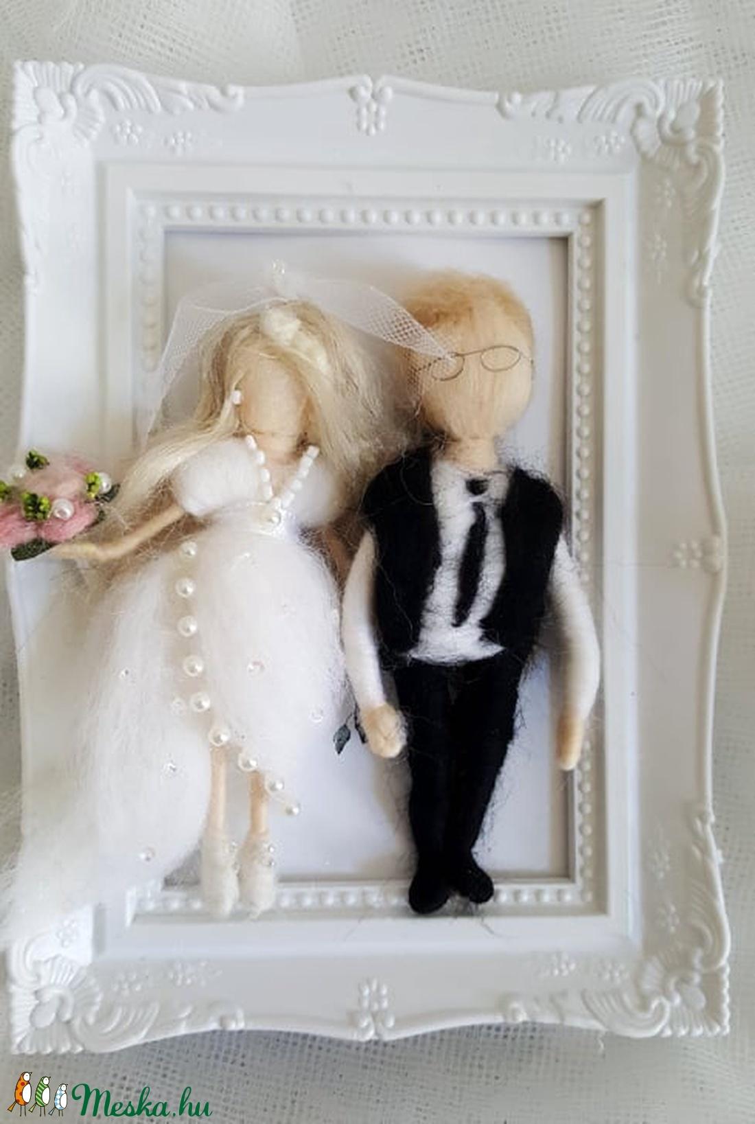 Menyasszony-völegény gyapjú pár díszkeretben tűnemezelt technikával egyedi elképzelés alapján - esküvő - emlék & ajándék - nászajándék - Meska.hu