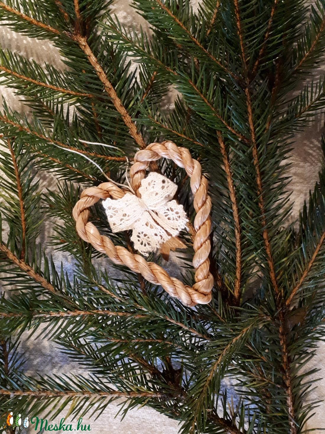 Karácsonyi dísz, fonott gyékényszív csipke masnival - természetes dekoráció (kezmuvesporta) - Meska.hu