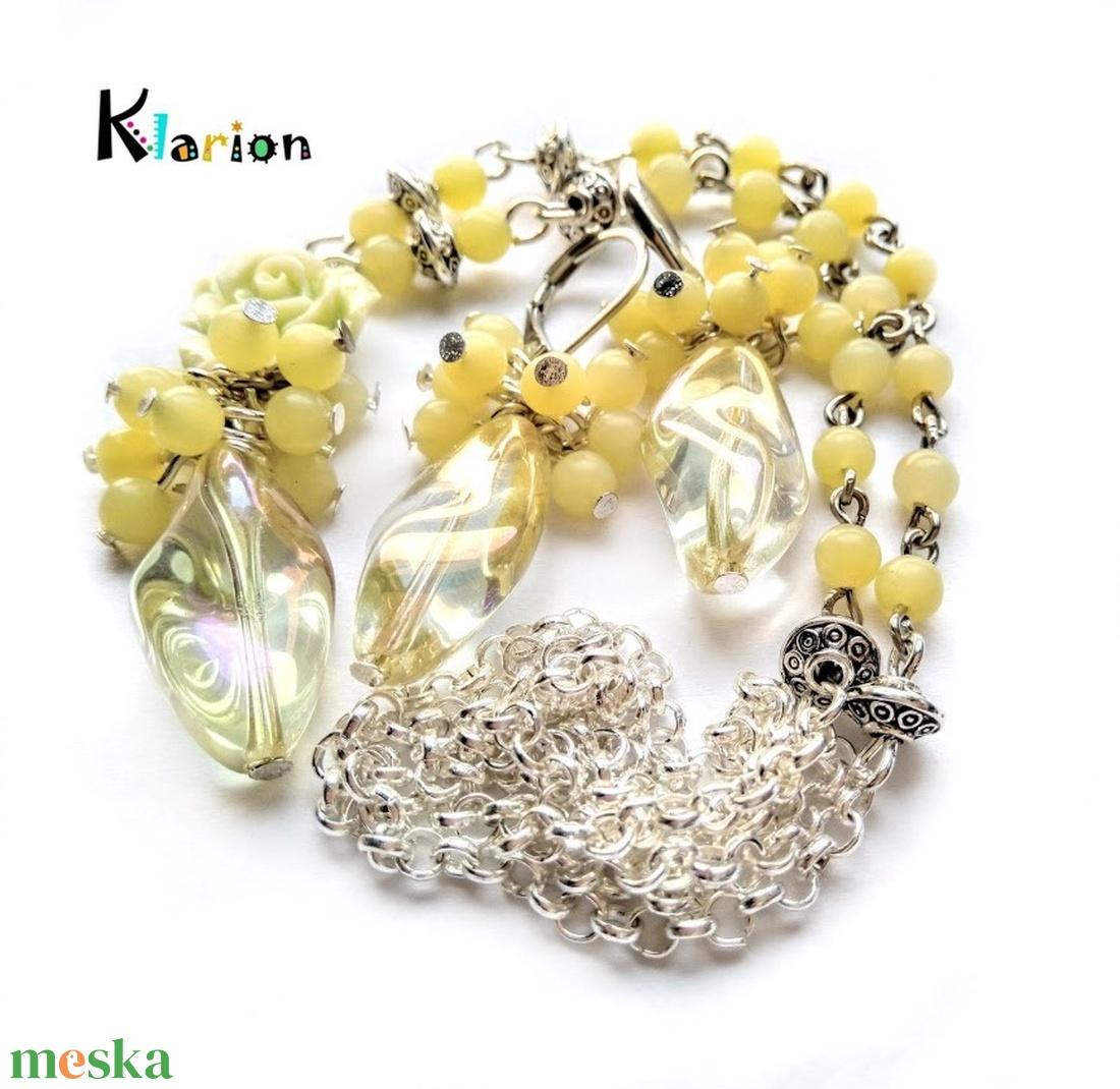 Sárga jade ásványgyöngyös nyaklánc irizáló üveggyönggyel - ékszer - nyaklánc - medálos nyaklánc - Meska.hu
