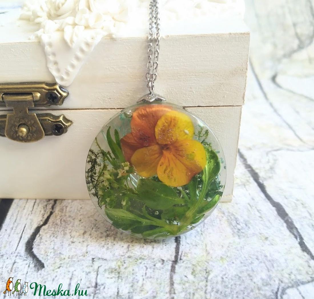 Örök tavasz nemesacél nyaklánc virágos gyanta medállal, árvácska, moha, levelek - ékszer - nyaklánc - medálos nyaklánc - Meska.hu