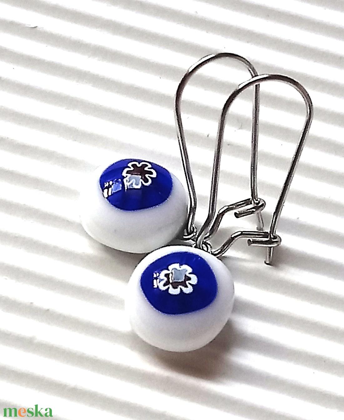 Kék-fehér - ékszerüvegből készült fülbevaló orvosi fémmel  - ékszer - fülbevaló - lógó fülbevaló - Meska.hu