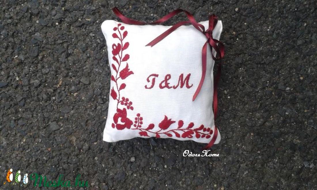 Kézzel hímzett gyűrűpárna - magyar motívummal, virágos mintával - esküvői kellék - monogrammal, dátummal (OdorsHome) - Meska.hu