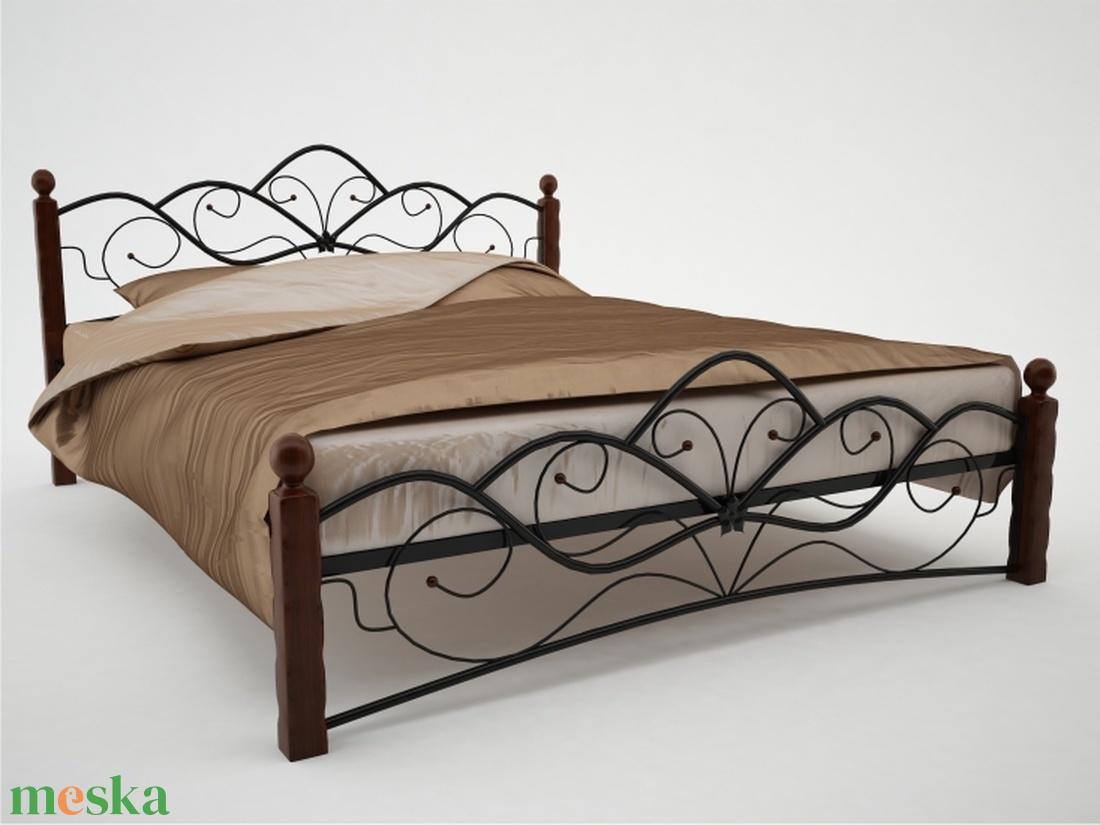 Kovácsoltvas ágy /tölgyfa lábakkal/. (kulonlegesvasak) - Meska.hu