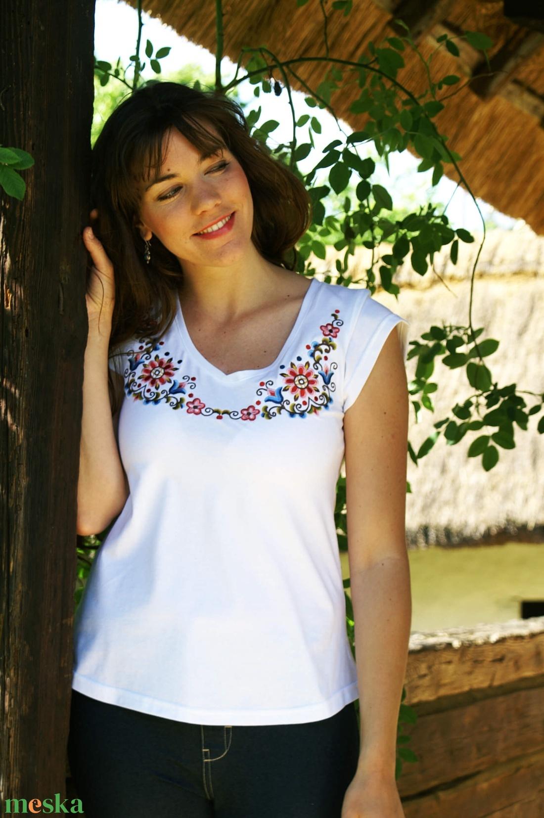 492da815e4 ... Hímzett Hódmezővásárhelyi póló-fehér (Lilifolkbolt) - Meska.hu ...