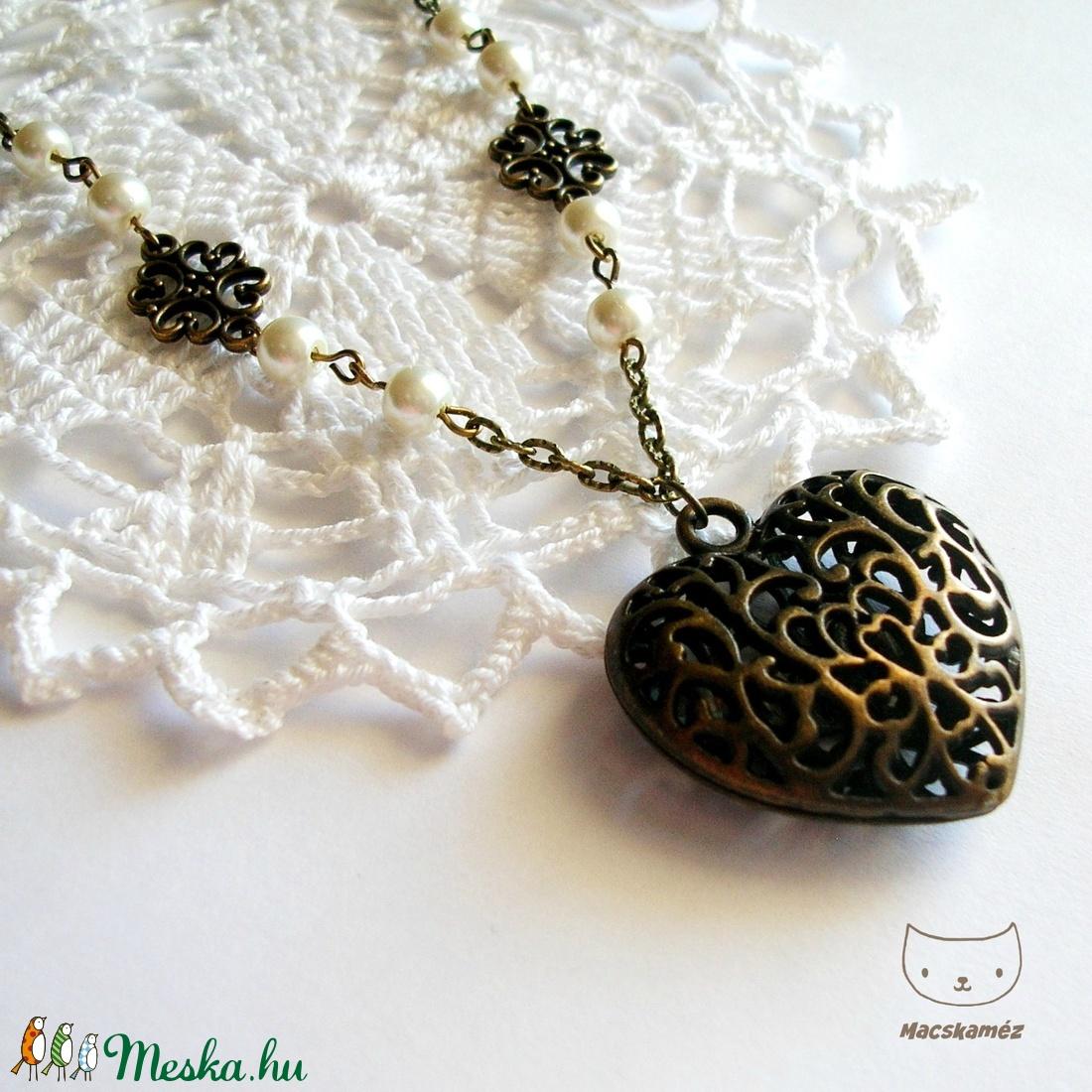 Bronz szív - Antikolt bronzszínű nyaklánc szív alakú medállal és gyöngyökkel - ékszer - nyaklánc - medálos nyaklánc - Meska.hu