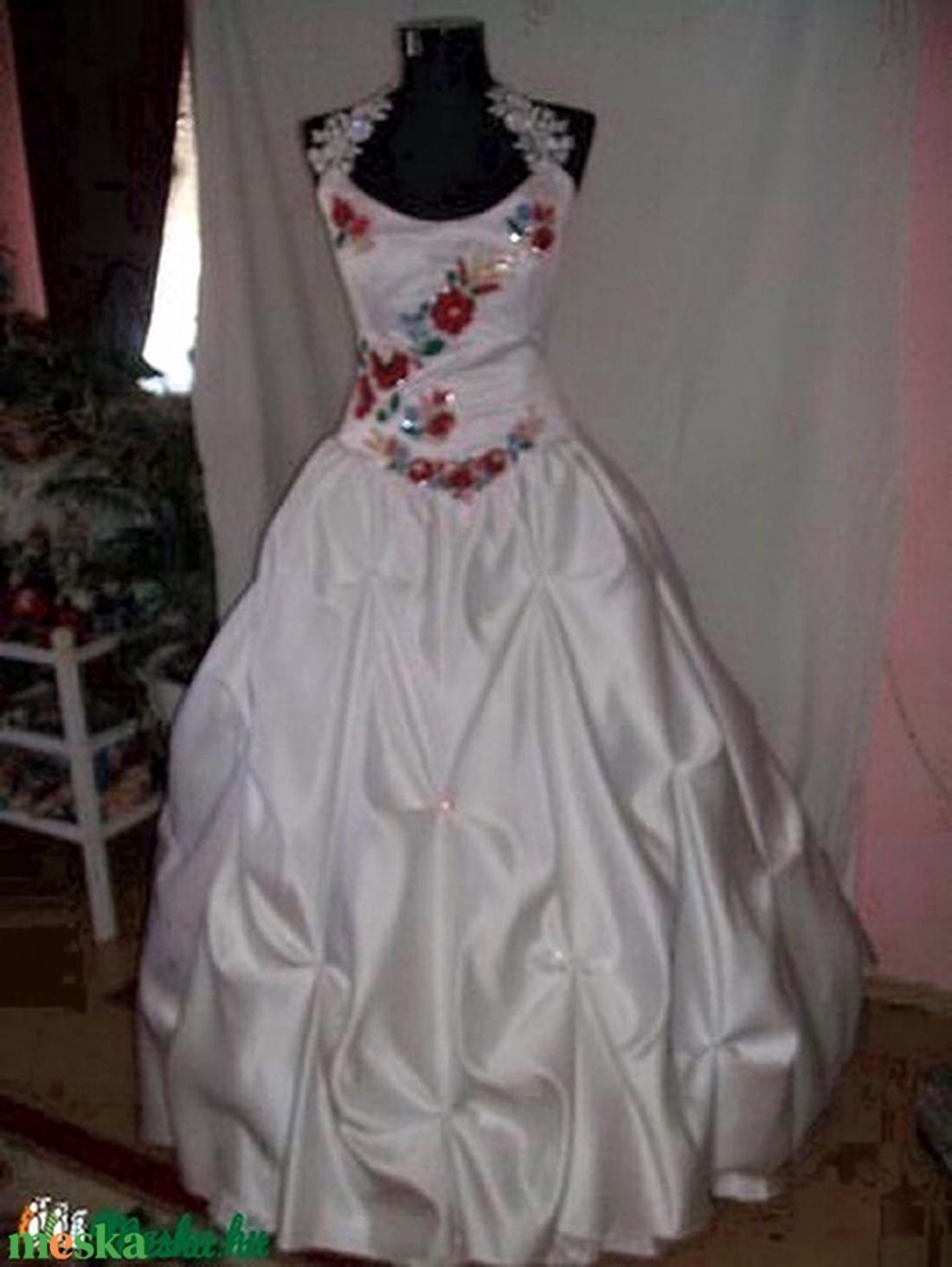 Kalocsai hímzett magyaros menyasszonyi ruha 1281cc2516