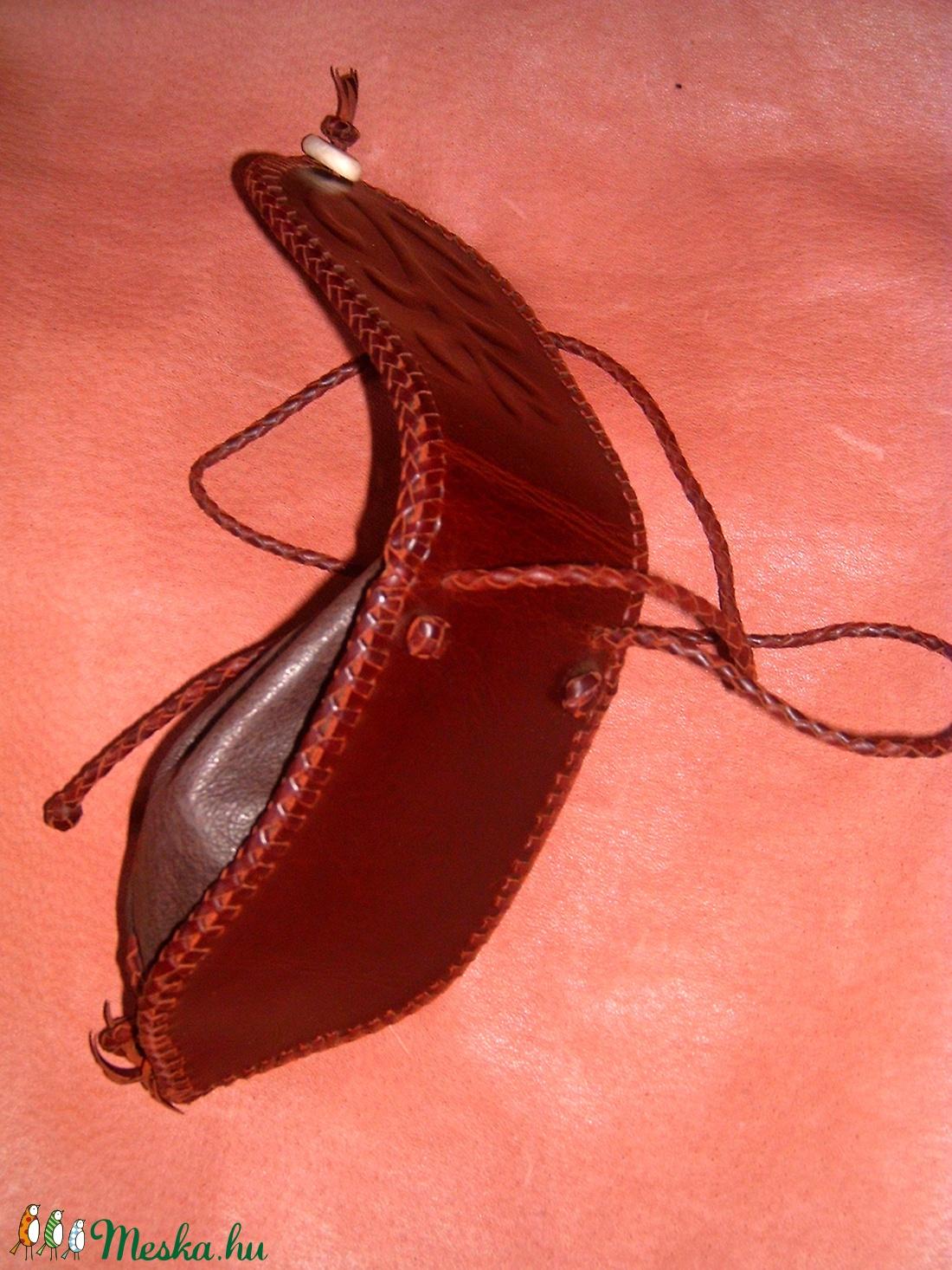 Életfamintás domborított nyakba akasztható batyú - táska & tok - pénztárca & más tok - telefontok - Meska.hu