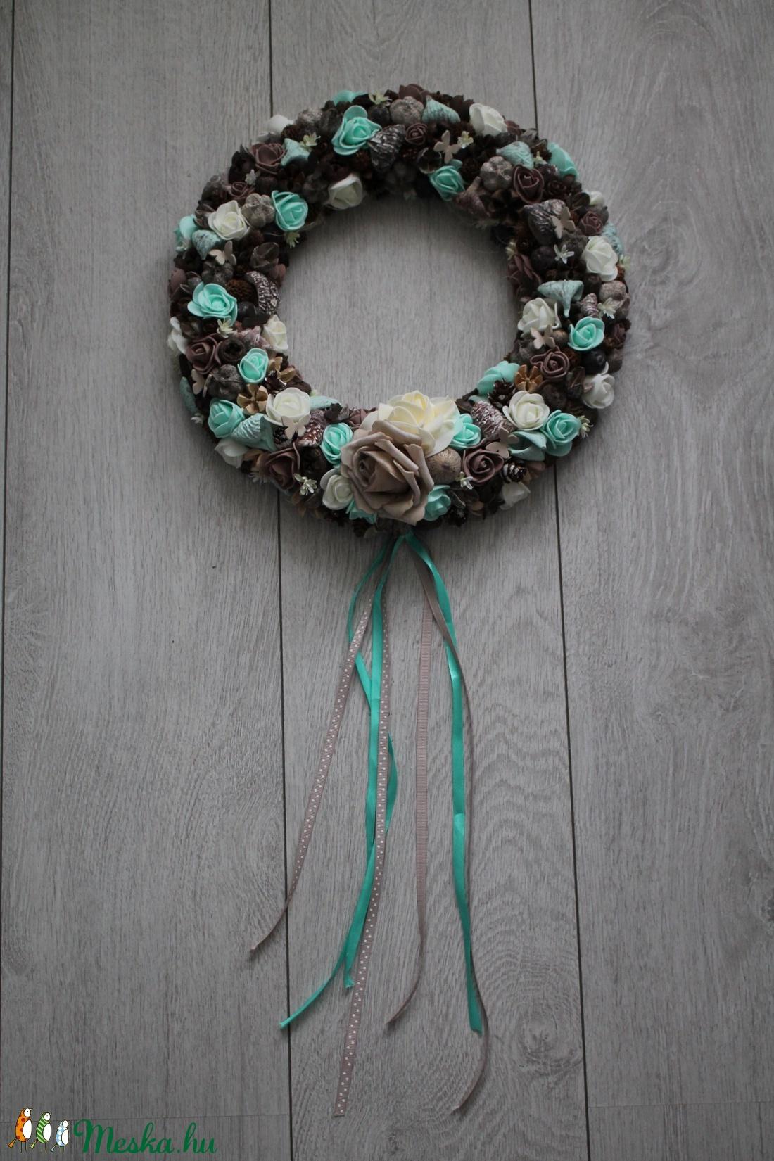 Ajtókoszorú, ajtókopogtató barna és menta virágokkal - otthon & lakás - dekoráció - ajtódísz & kopogtató - Meska.hu