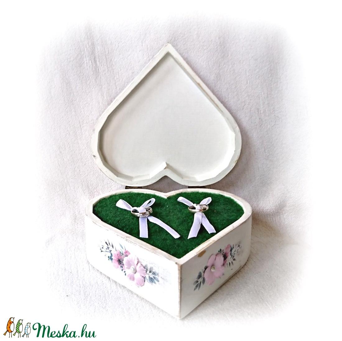 Szív alakú gyűrűtartó fadoboz,nevekkel és dátummal a tetején.,antikolt, vintage, esküvő - esküvő - kiegészítők - gyűrűtartó & gyűrűpárna - Meska.hu
