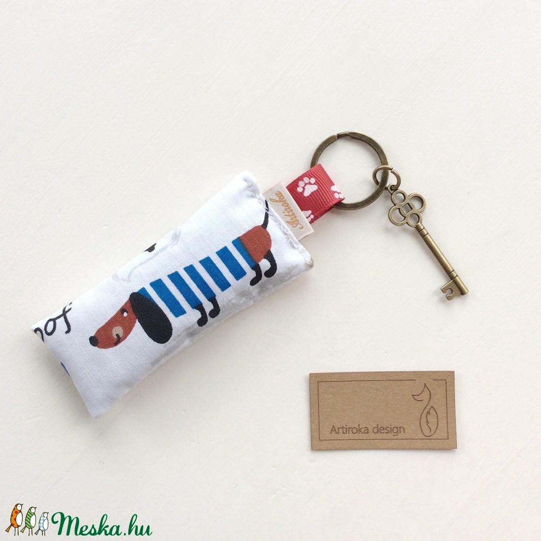Tacskó kutya kék - fehér csíkos ruhában akár levendulavirággal töltve - kulcstartó bronz kulccsal - Artiroka design (Mesedoboz) - Meska.hu