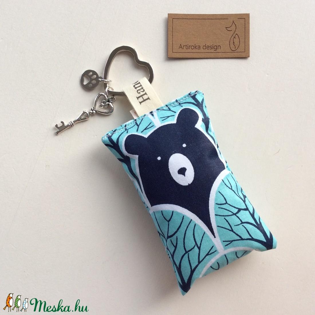 Mackó az erdőben, türkiz színű kulcstartó, szív alakú kulcskarikán +  vintage kulcs + tappancs medál - Artiroka design (Mesedoboz) - Meska.hu