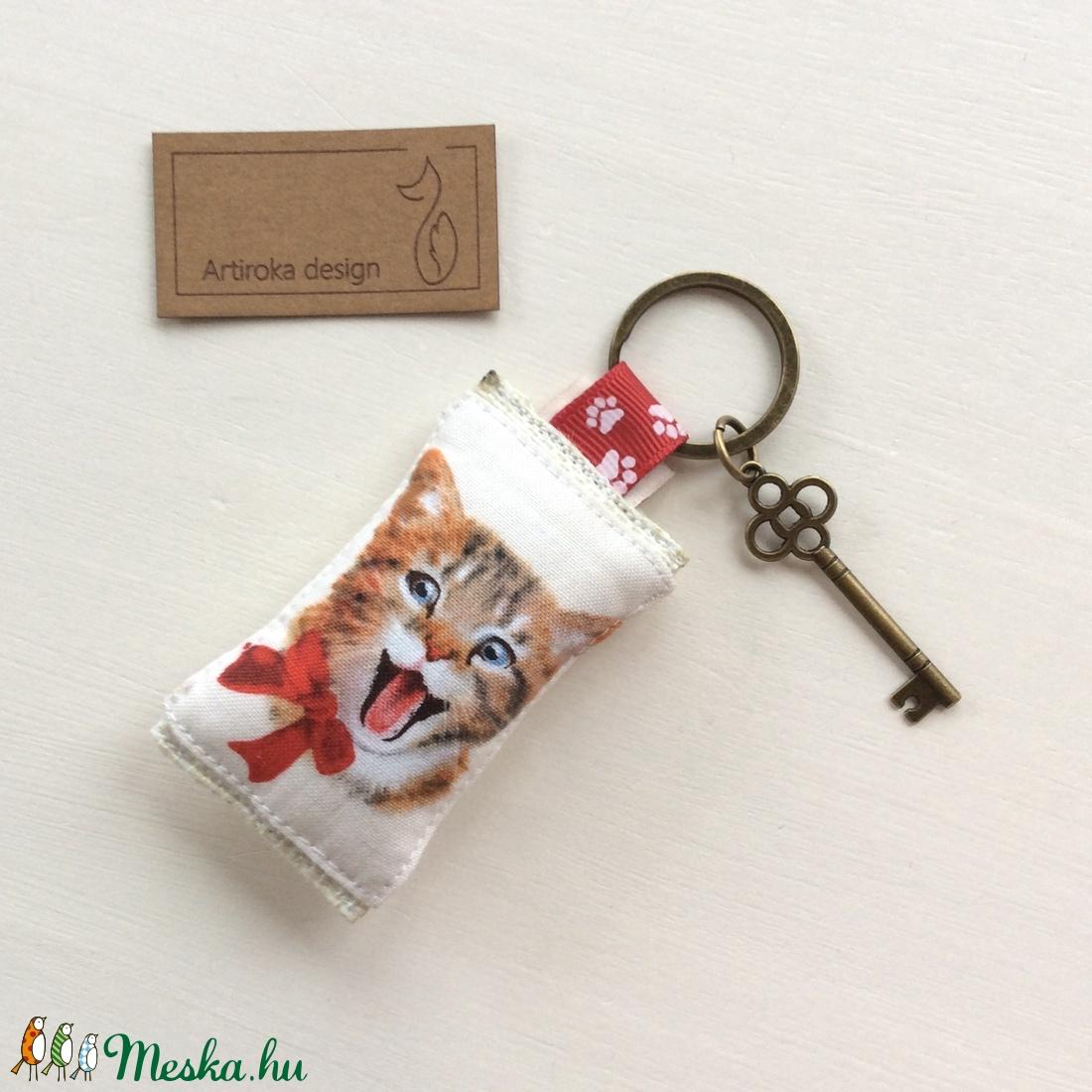 Vidám cica mintás kulcstartó, szív alakú vintage kulcs + tappancs medál - Artiroka design - 115 (Mesedoboz) - Meska.hu