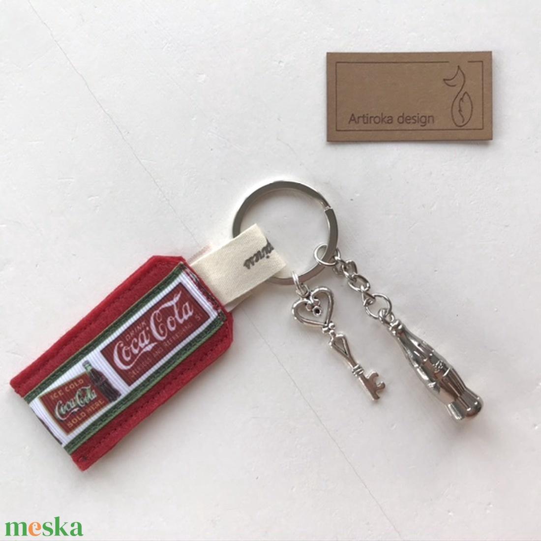 Coca -Cola mintás kulcstartó egy kis vintage kulccsal és Coca Colás üveggel- Artiroka design - Meska.hu
