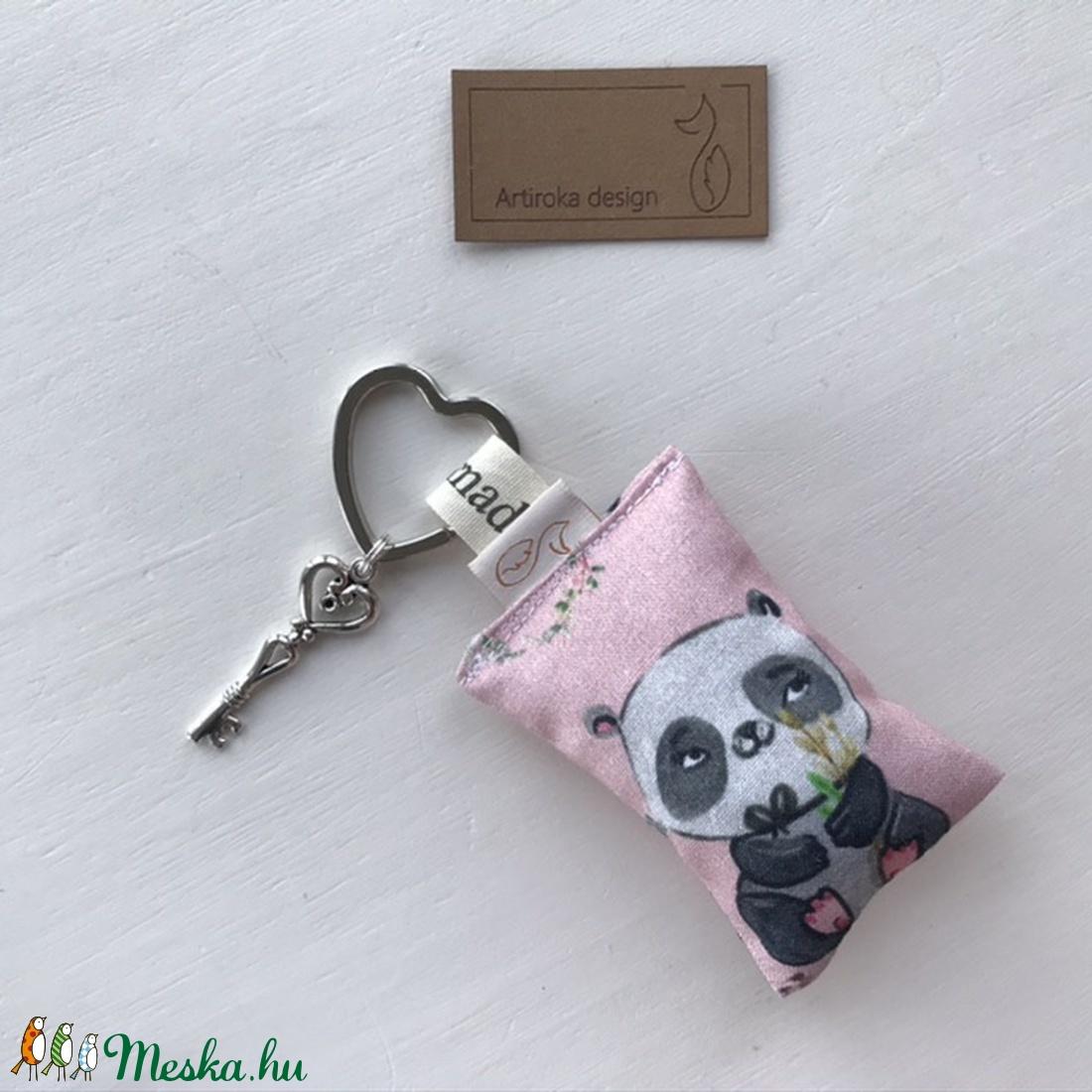 Panda maci mintás, szív alakú kulcstartón,  vintage kulcs dísszel - Anyák napja - Artiroka design  (Mesedoboz) - Meska.hu