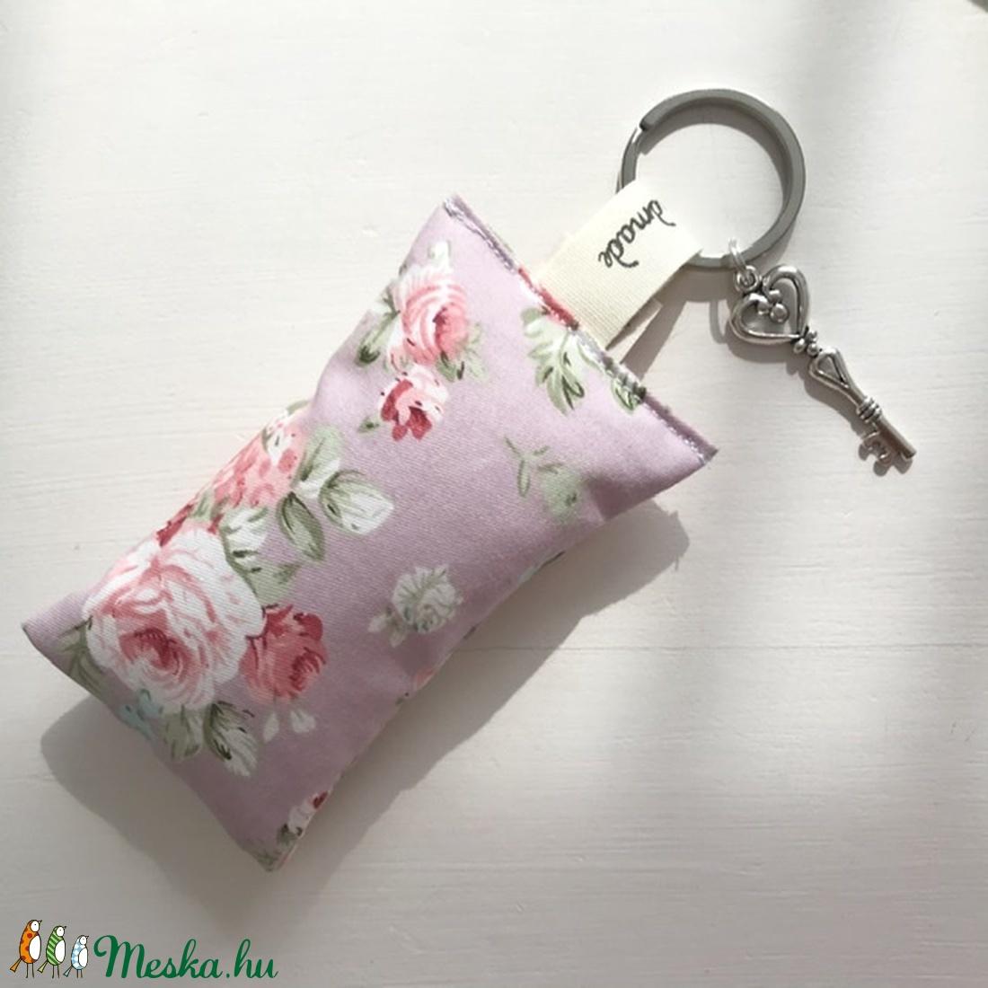 Angol rózsa -  prémium pamut, púder színű, rózsa mintás kulcstartó- Artiroka design  - Meska.hu