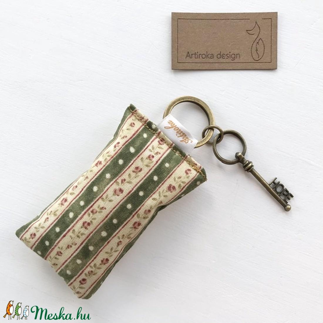 Rózsás kulcstartó kis vintage kulccsal - Hope azaz remény kulcs medállal -  Artiroka design (Mesedoboz) - Meska.hu