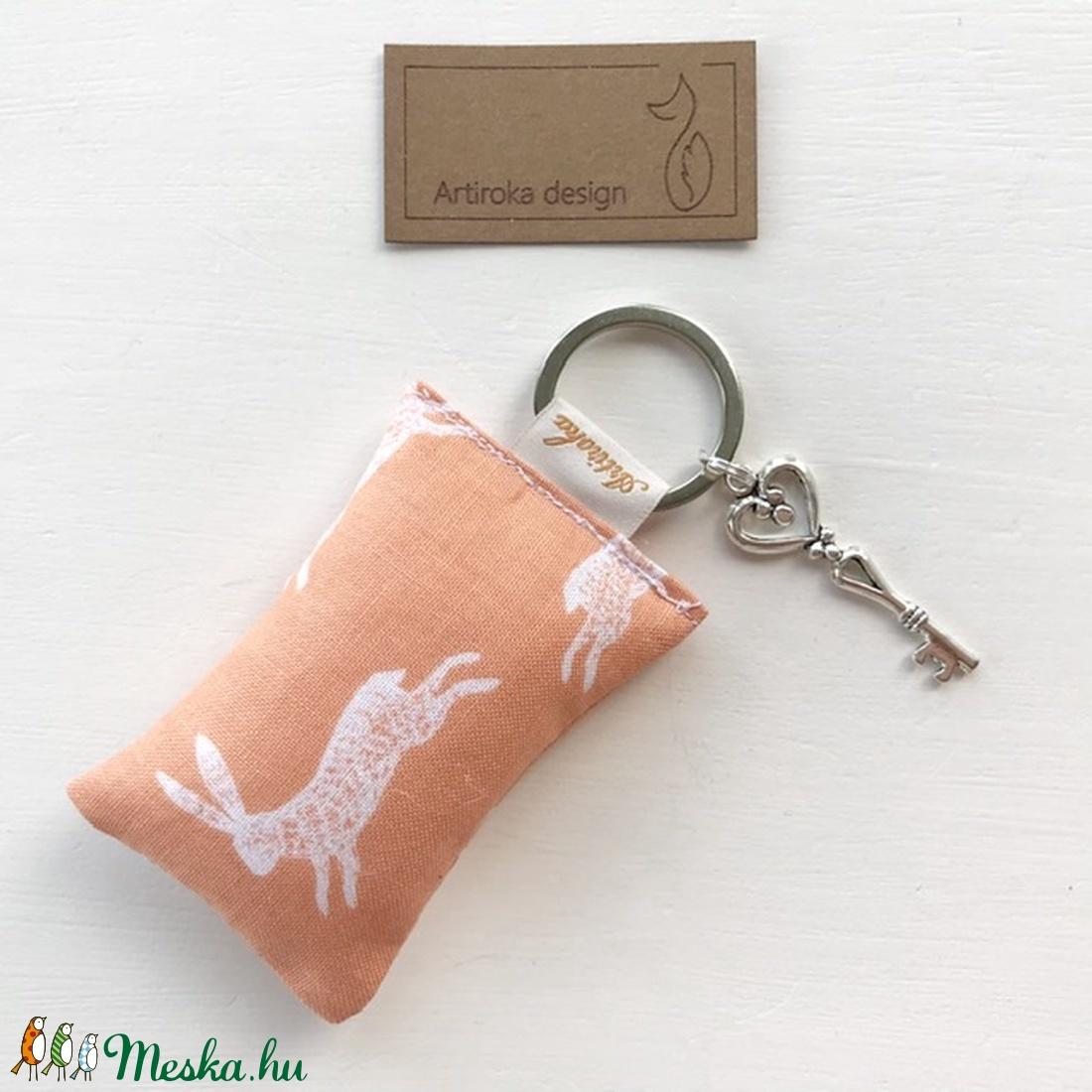 Nyuszi a réten mintás kulcstartó kis vintage kulcs dísszel - Artiroka design  - Meska.hu