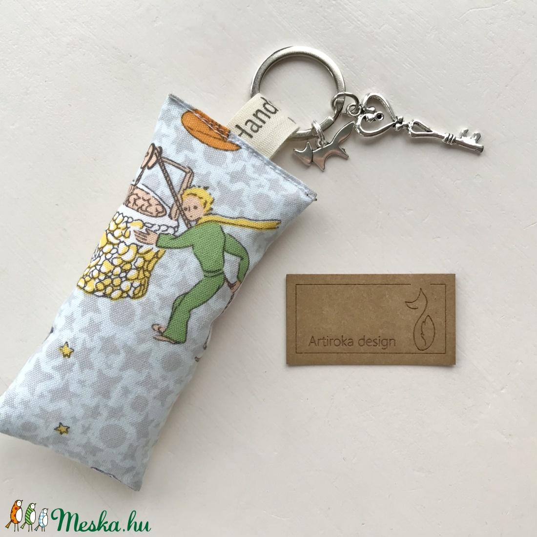 A Kis herceg és a róka mintás prémium kulcstartó -  Artiroka design (Mesedoboz) - Meska.hu