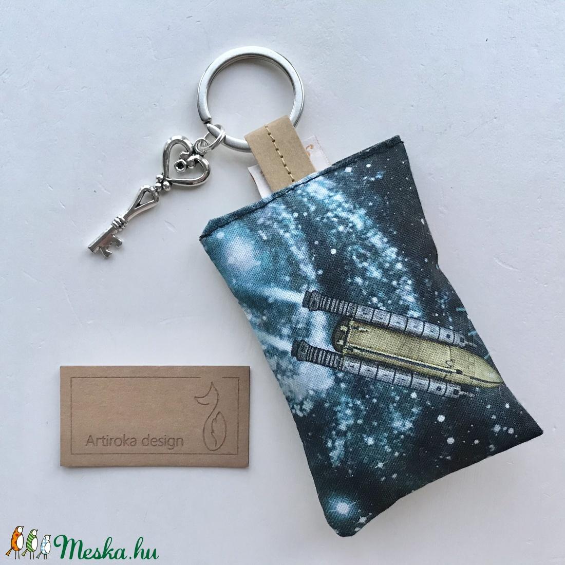 Űrhajó mintás egyedi kulcstartó prémium textilből kis vintage kulcs medállal  - Artiroka design - táska & tok - kulcstartó & táskadísz - Meska.hu
