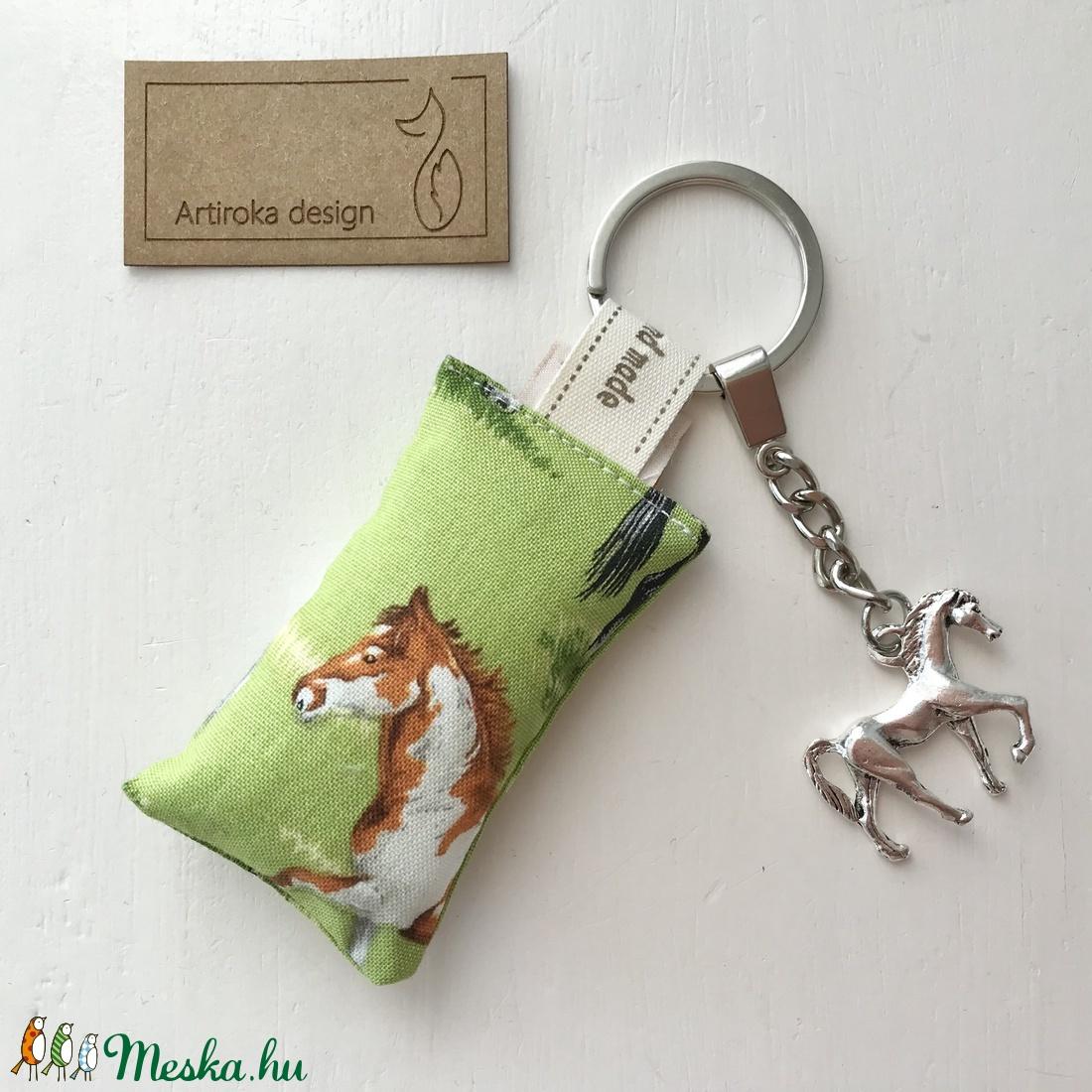 Ló mintás egyedi kulcstartó egy 3D lovas medállal  - Artiroka design - táska & tok - kulcstartó & táskadísz - kulcstartó - Meska.hu