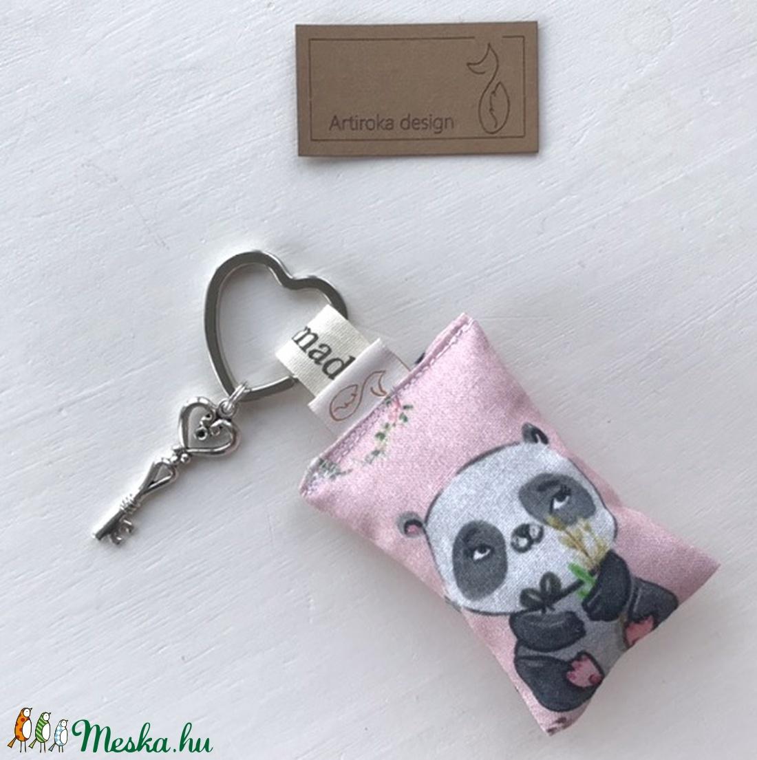 AKCIÓ - Panda maci mintás, szív alakú kulcstartón,  vintage kulcs dísszel - Artiroka design  - Meska.hu