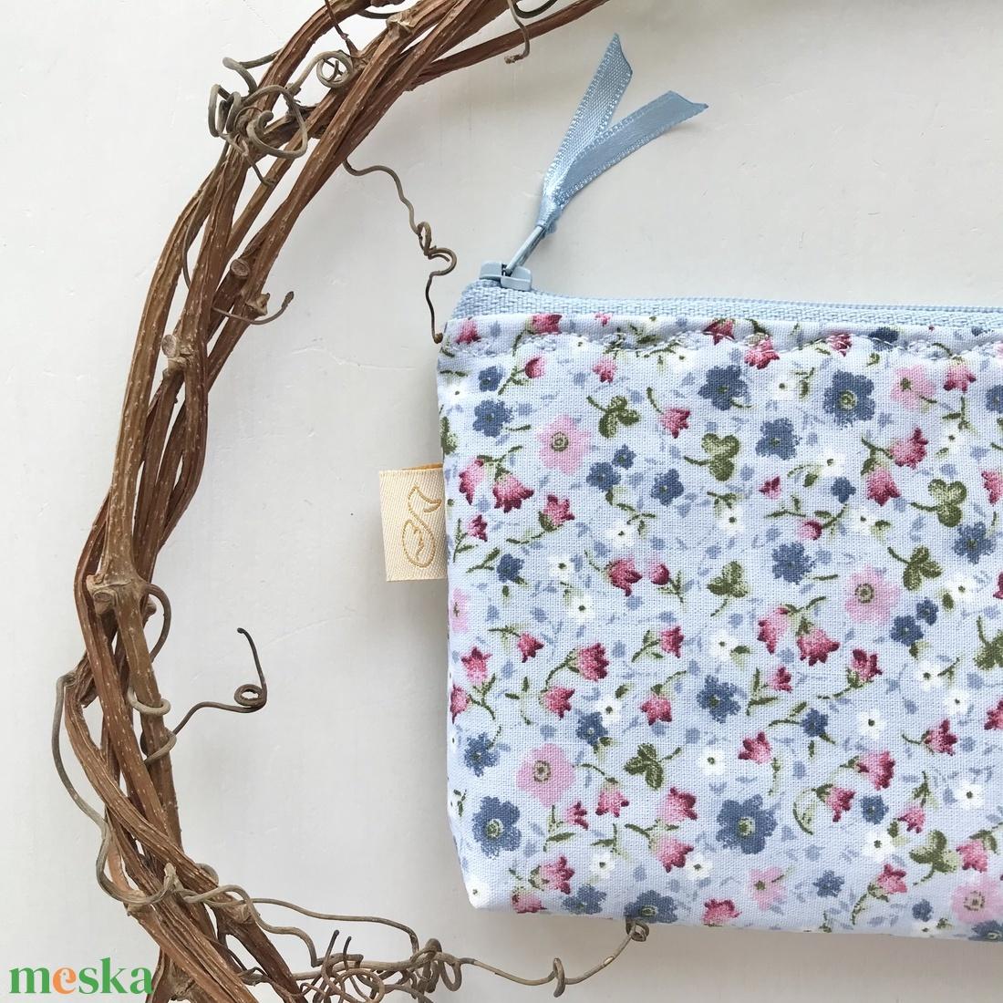 Virágos mező  mintás kék színű neszesszer, tolltartó, szemüvegtok  - Artiroka design - táska & tok - neszesszer - Meska.hu