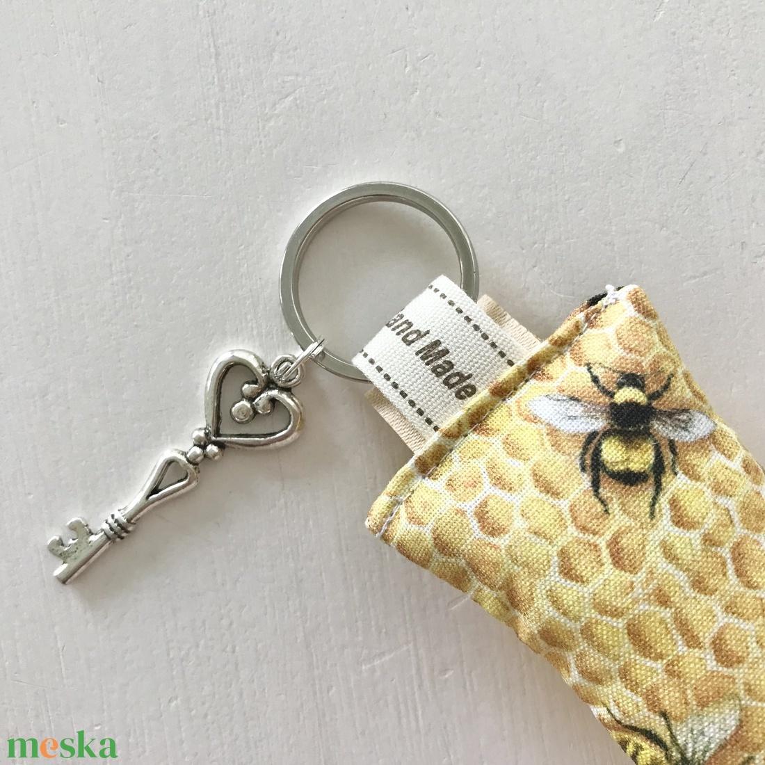 Méhecske, méhkaptár mintás, egyedi kulcstartó, vintage kulcs dísszel - Anyák napja - Artiroka design  - táska & tok - kulcstartó & táskadísz - Meska.hu