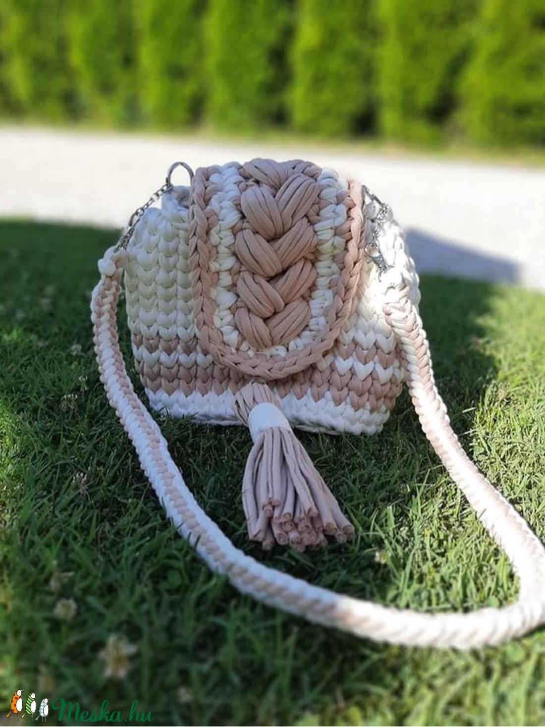 Krémfehér-barna színű táska - táska & tok - kézitáska & válltáska - vállon átvethető táska - Meska.hu