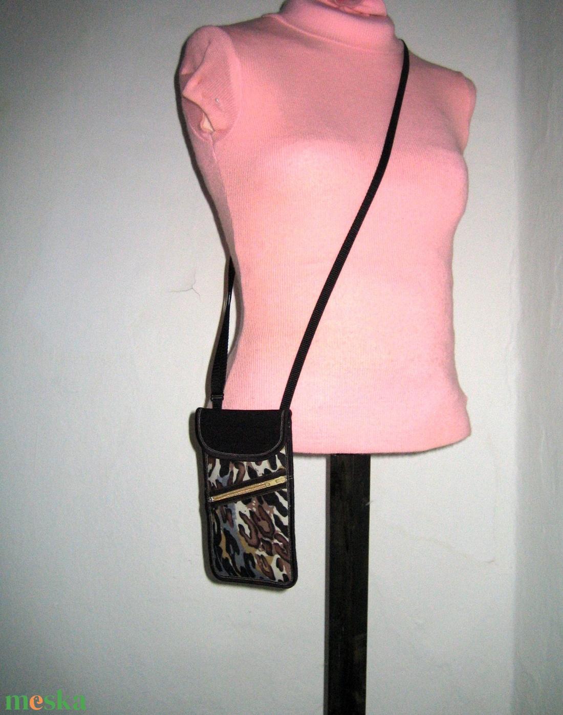 Telefontok elől cipzáros kis zsebbel Nyakba akasztható elegáns kistáska  Párducos barna-fekete-bézs - táska & tok - pénztárca & más tok - telefontok - Meska.hu