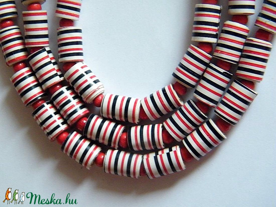 Piros-fekete csíkos nyaklánc újrahasznosított papírból - ékszer - nyaklánc - hosszú nyaklánc - Meska.hu
