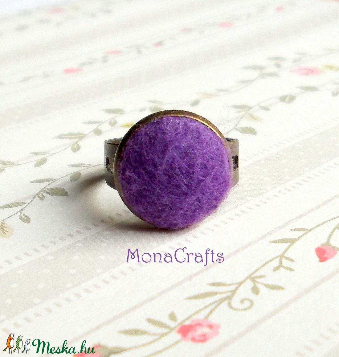 KIFUTÓ TERMÉK! Liliána filcgombgyűrű (MonaCrafts) - Meska.hu