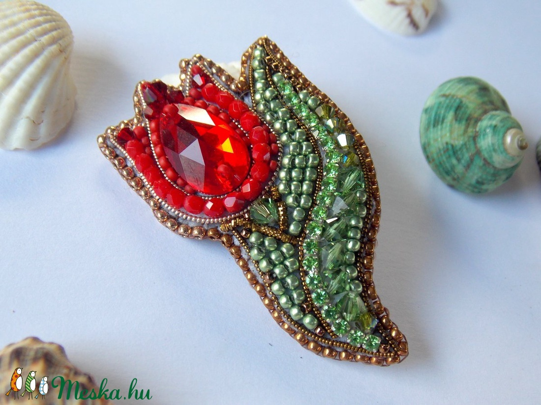 Piros tulipán -gyöngy hímzett bross-kitűző - ékszer - kitűző és bross - kitűző - Meska.hu
