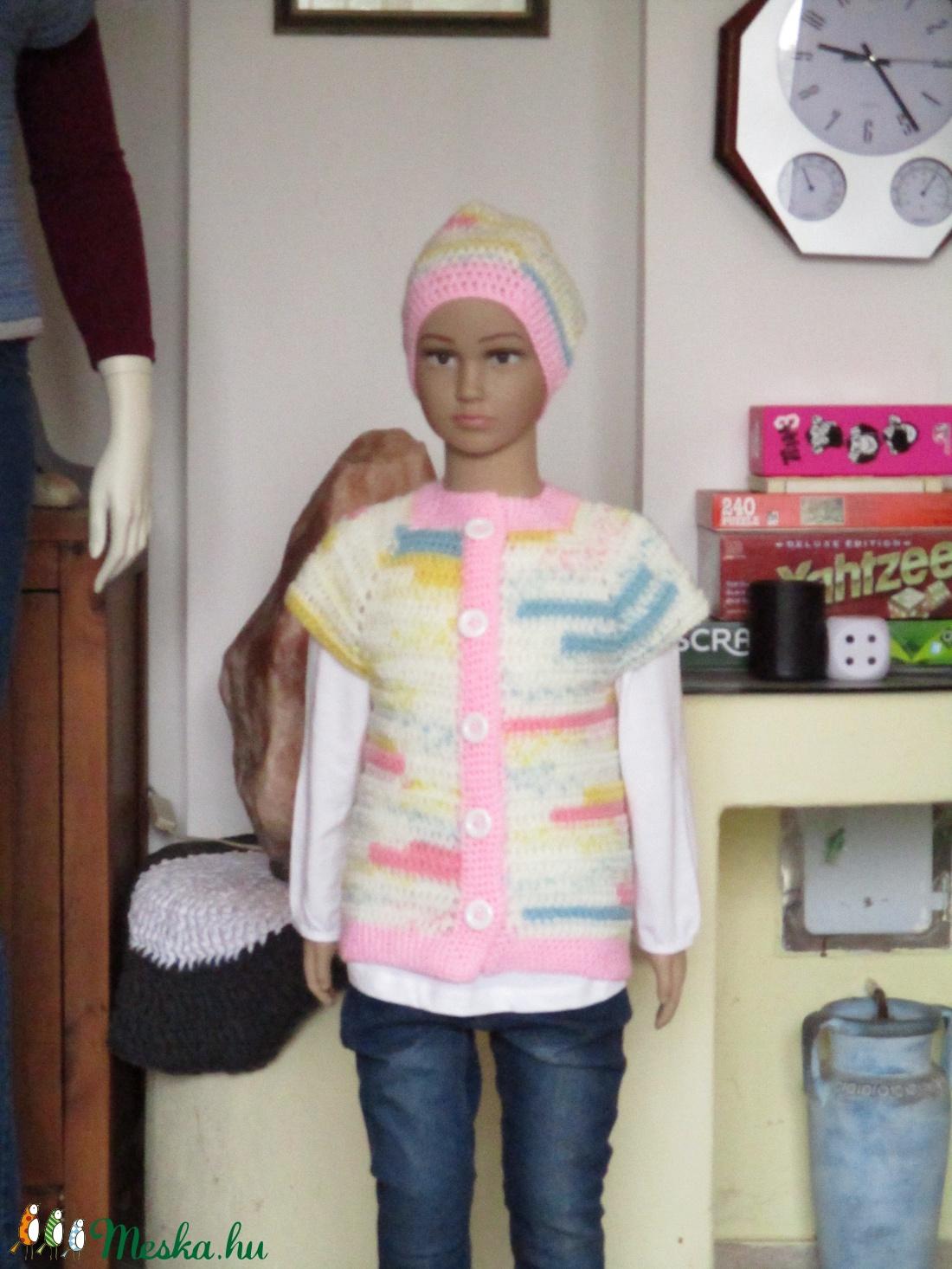 Pasztel színű horgolt kislány mellény rózsaszínű passzéval, sapkával. - Meska.hu